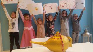 Lynne vierde haar 7de verjaardag bij ons met een Zoek de Schat Feestje. Om de schat te vinden voerden de kinderen 7 dansopdrachten uit en maakten ze een tekening. Hier laten ze hun teken