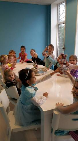 Proosten met limonade op Benthe haar 6de verjaardag!